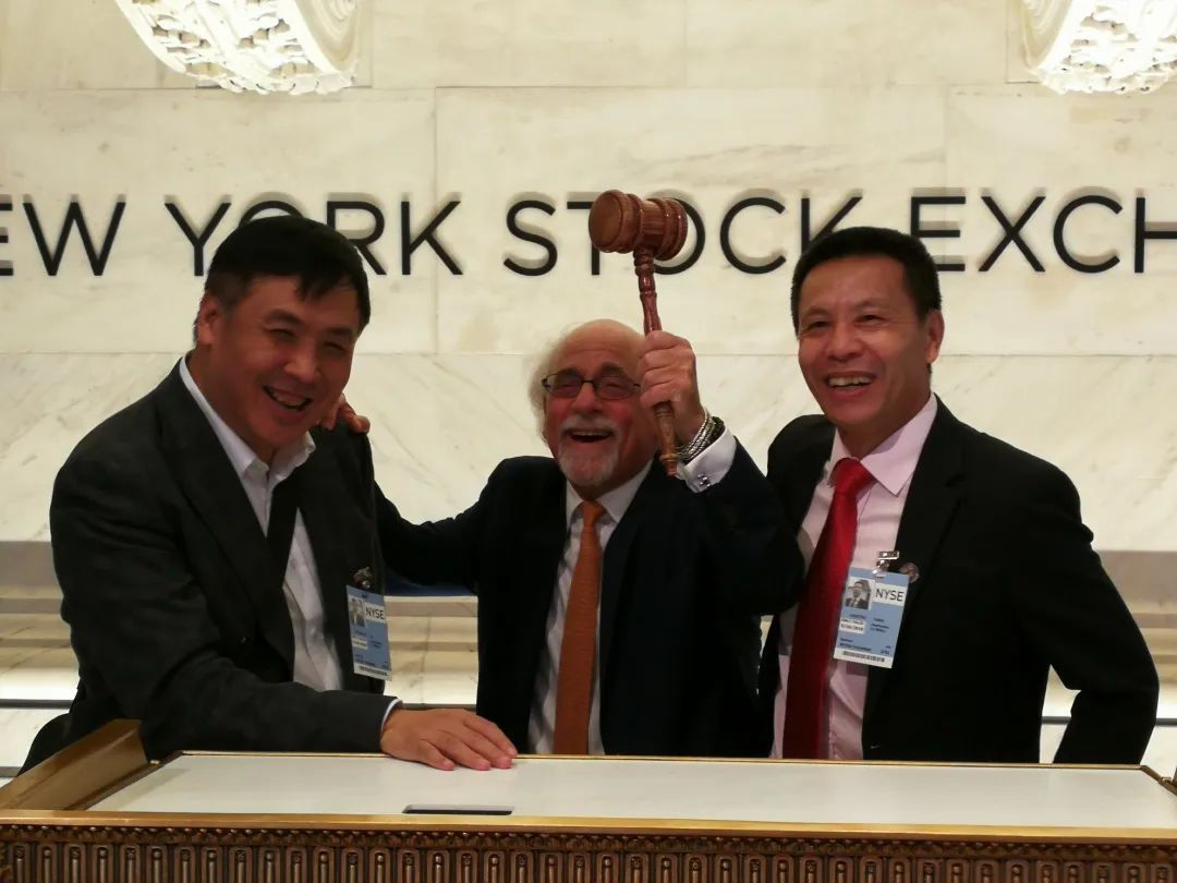 """<div style=""""text-align:center;""""> 集团董事长携高管在纽约证券交易所敲钟 </div>"""